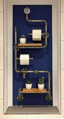 Wie nutzt man so eine Nische am besten? Richtig: Mit einem kreativen Regal aus Rohren und Temperguss Fittings. | (c) A. Maurer
