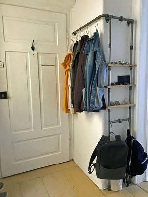 Ein schönes Beispiel, wie eine individuelle Garderobe aus Rohren und Fittings auch schwierigere Grundrisse gut nutzbar macht.   (c) M. Rogy