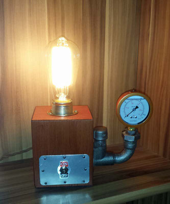 Auch als Detail machen die Temperguss Fittings bei dieser Lampe eine gute Figur. Der Deckenwinkel ist verschraubt. | (c) J. Schreinert