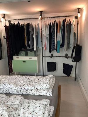 Offener Kleiderschrank aus Rohren und Temperguss - hier mit toll integrierter Beleuchtung. | (c) M. Rogy