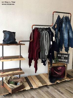 Ein mehrstufiger Kleiderständer mit interessantem Holzboden. Die Bögen und Flansche sind mit einem Kupferspray lackert | (c) M. Schoemann, www.micas.eu