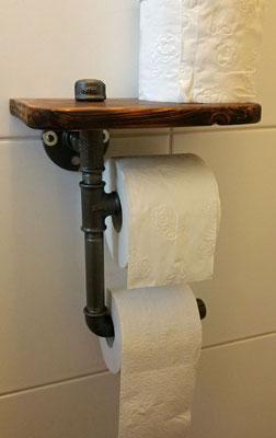 Ein Klassiker für die Gästetoilette. Papierhalter aus Fittings und Gewinderohr. Das Holz ist geflammt. | (c) A. Gold