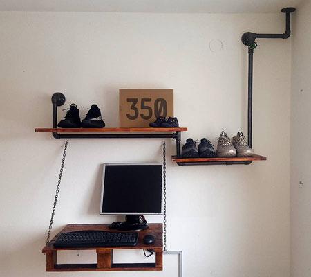 Den ganz besonderen Pepp bekommt dieses Regal im Industriestil durch den Wand- und Deckenanschluß oben rechts. Und durch den Schreibtisch.   (c) C. Schad