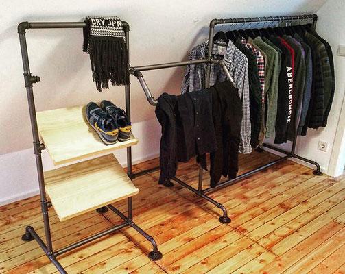 Kleiderständer aus Rohren und Fittings selber machen. Hier mit schräg nach vorne abgesetzter Aufhängung. Die schrägen Schuhablagen sind mit Rohrschellen montiert. | (c) S. Helbig