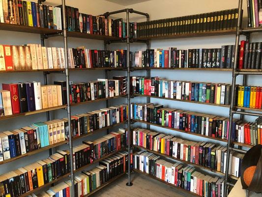Das nennen wir mal ein amtliches Bücherregal. Freistehend gebaut mit Verschraubungen Nr. 331. | (c) M. Kluge