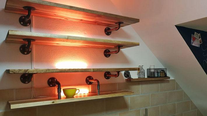 Küchenregal mit LED-Beleuchtung, passgenau in der Schräge.  (c) M. Tischner