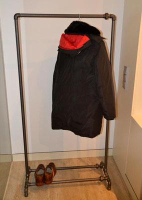 Individueller Kleiderständer aus Stahlrohr und schwarzem Temperguss, angepasst an die Platzverhältnisse. Durch die Verschraubungen sind die langen Rohre auch in beengten Verhältnissen problemlos zu montieren. | (c) J. Kurrat