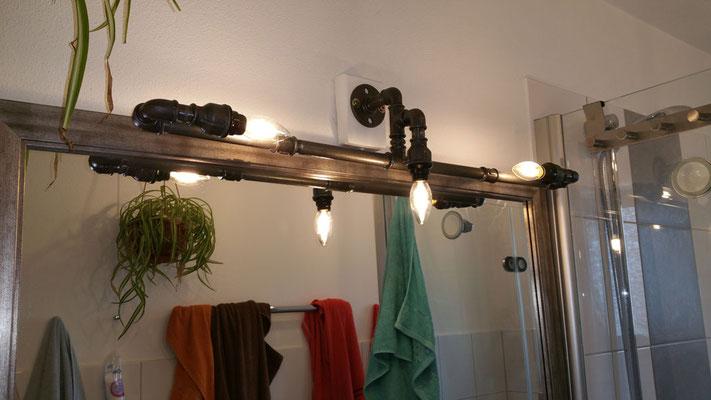 Damit diese Bad-Lampe aus rohem Stahlrohr und schwarzem Temperguss nicht rostet, wurde sie mit Klarlack versiegelt. | (c) A. Gold