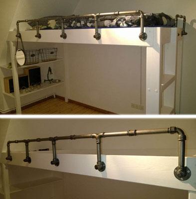 Ergänzt das selbstgebaute Hochbett optimal: Geländer aus schwarzen Temperguss-Fittings und Wasserrohr. Befestigt mit Deckenwinkeln. | (c) M. Gehrmann