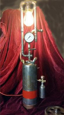 Wenn das mal nicht genial ist: Lampe aus einem alten Feuerlöscher, Stahlrohr und schwarzem Temperguss. | (c) A. Terbeck