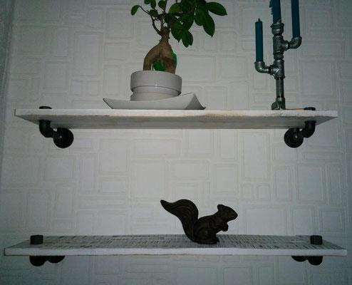 Eine stylische Art, Regalbretter anzubringen. Durch den umgedrehten Deckenwinkel an der Wand sehr stabil.   (c) K. Seeger