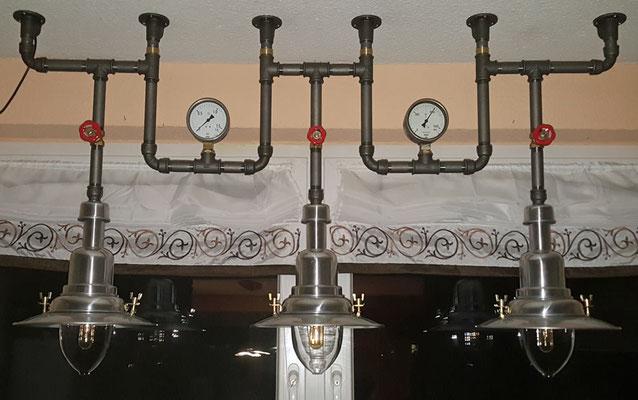 Gleichzeitig ein IKEA Hack ist diese detailreiche Deckenlampe. Die Lampenschirme stammen vom Schweden.   (c) S. Kirchner
