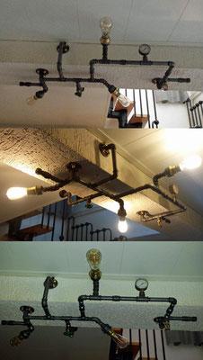 Ein Hingucker, diese optimal platzierte Lampe aus Wasserrohren. Schönes Detail: Die messingfarbenen Hutmutten, passend zu den anderen Designelementen. | (c) R. Wiedemann