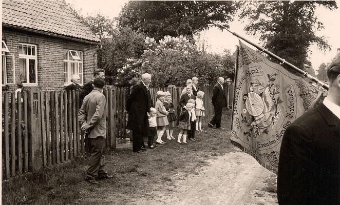 1966 Schützenverein ist zur Goldenen Hochzeit von Dora und Adolf Wiegmann angetreten