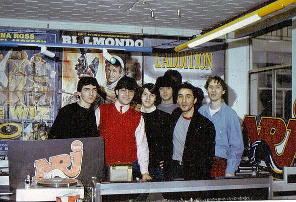 Une photo prise au studio d'NRJ vers 1985 , avenue d'Iéna à Paris, avec une partie de l'équipe. De gauche à droite : Moi, Eric Perrin, Patrick, Marc, l'acteur Richard Berry, et Lionel