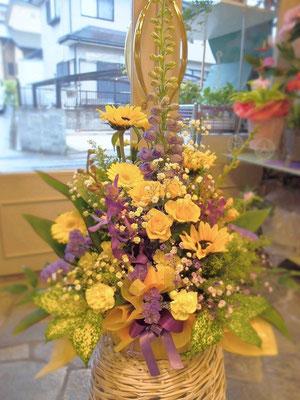 黄色と紫のインパクトあるアレンジメント