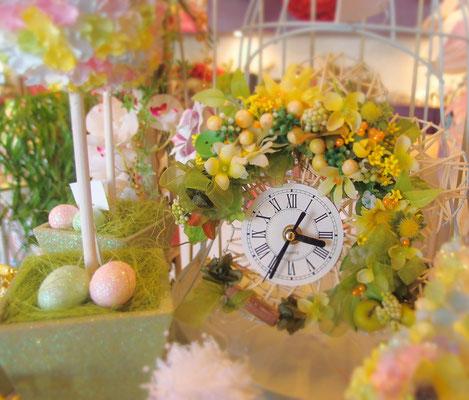 造花で装飾した時計
