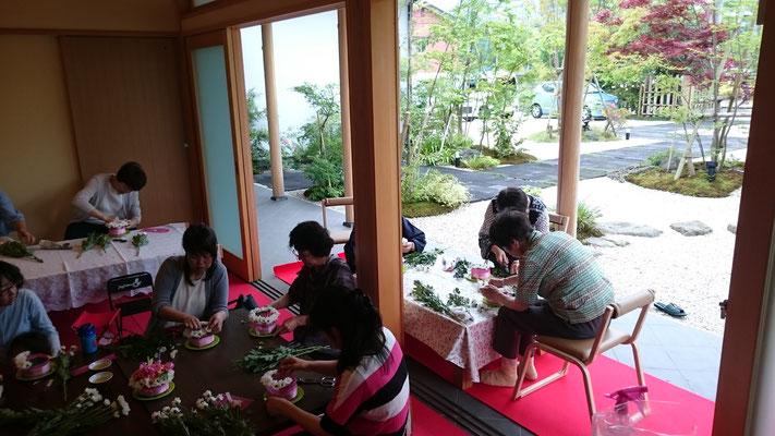 お寺でフラワーアレンジメント教室