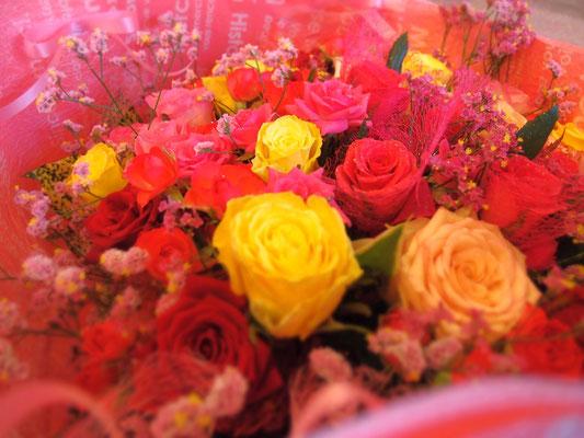 様々な色のバラを使った花束