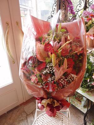 ユリ・アルストロメリア・バラなどボリュームのある花束