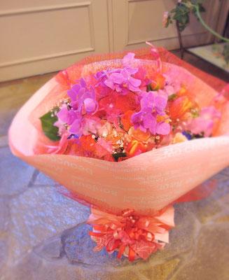 ボリュームのあるピンク系のブーケ