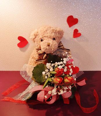 くまさんがチューリップの花束を抱えてます♪