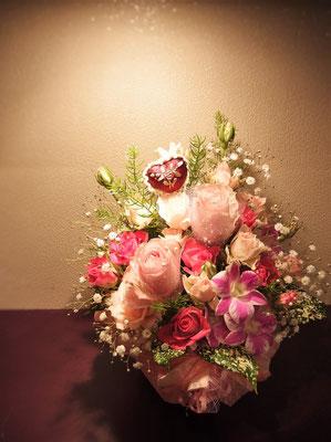 バラ中心に仕上げたロマンチックなアレンジメント