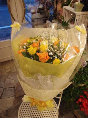黄色とオレンジのバラでまとめた花束