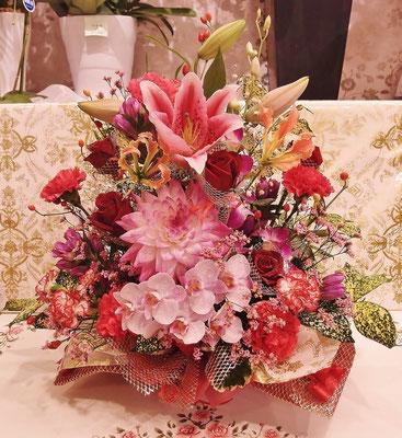 ダリア・胡蝶蘭・ユリが入った贅沢なアレンジメント