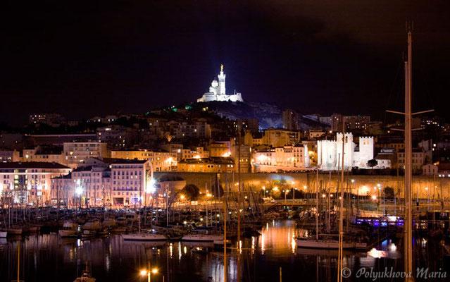 Старая гавань и базилика Нотр-Дам-де-ля-Гард в ночном небе.