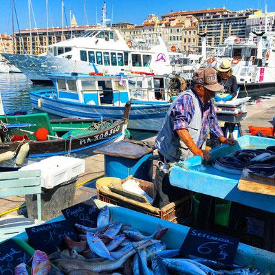 Рыбный рынок в порту.