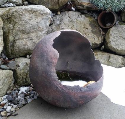 Betonkugel in Rostoptik zur Bepflanzung oder als Miniteich; ca. 50 cm Durchmesser