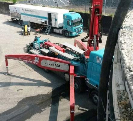 Begleitfahrzeug zu Behälterbagger DAF 85.410 im Einsatz