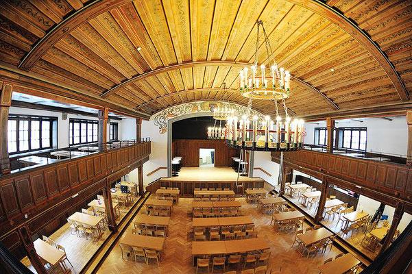 Sorgfältig und hochwertig restauriert, ideal für Hochzeiten, Tagungen, Gruppenreisen, etc. Der Gösser Saal bietet mit der Galerie und dem Bregenzer Stüble Platz für 460 Personen.
