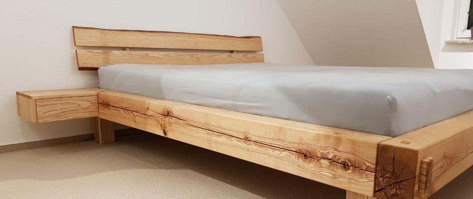 Massives Doppelbett aus Esche mit Nachttischkonsole, geölt.