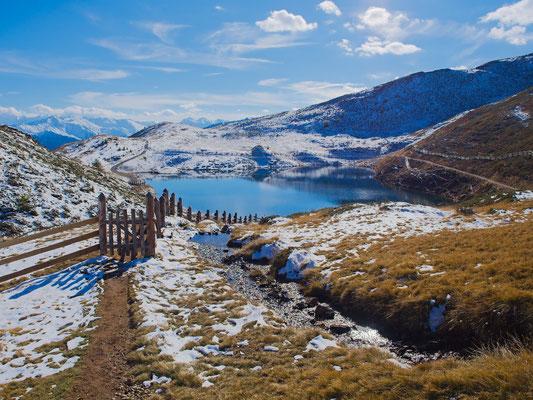 Der Pfaffensee liegt in einer wunderschönen Bergwelt