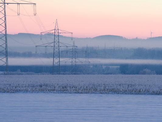 Stromleitung zieht sich durch die Winterlandschaft