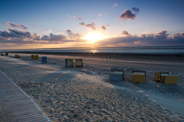 Der Wind hat ein paat Strandkörbe umgeworfen