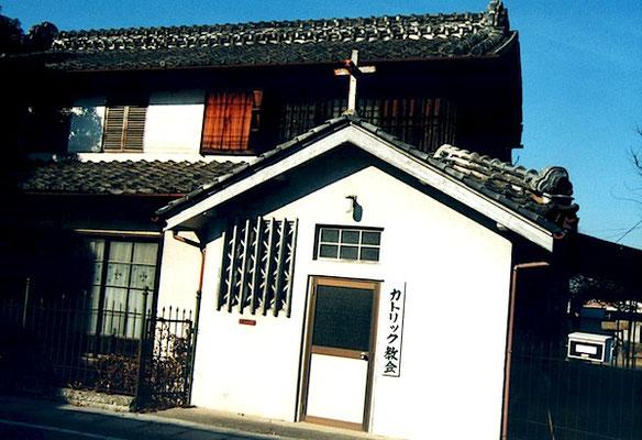 隣接の建物 窓ガラスに十字架などの模様が彫られている