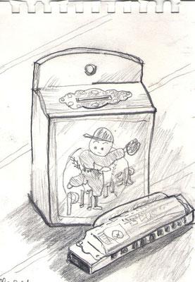 古い木製貯金箱とハモニカ