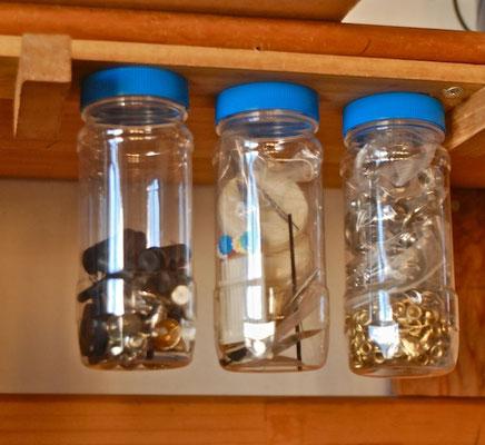 で、ちょっとした工夫 プラ瓶の蓋をクルクル回らんように2箇所ネジ止めて小物収納