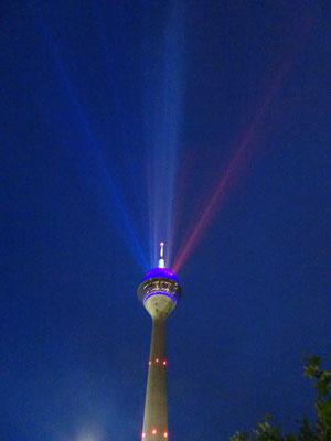 Selbst der Rheinturm erstrahlt in der Tricolore