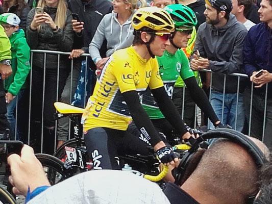 Das erste Gelbe und das erste erste Grüne Trikot der Tour 2017 am Start der zweiten Etappe