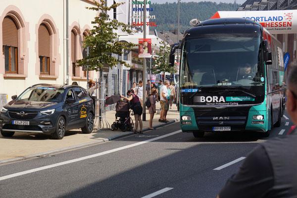 Auch der Bora-Hansgrohe Bus gibt Gas