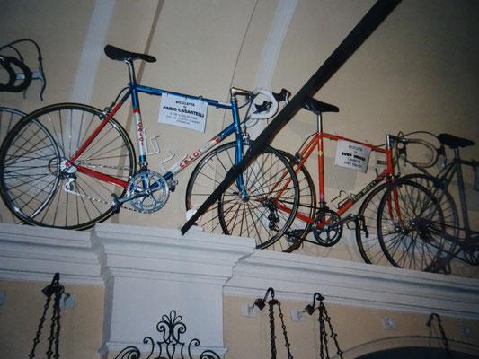 Fabio Casartelli fuhr 1995 mit diesem Rad, als er bei der Tour de France tödlich stürzte. Das Rad daneben stammt von Eddy Merckx