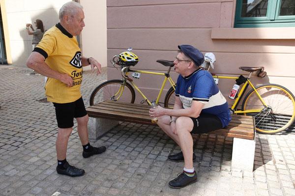 Im Gespräch mit einem Opelisten am Marltplatz in Eppingen (Foto von Hennes Roth)