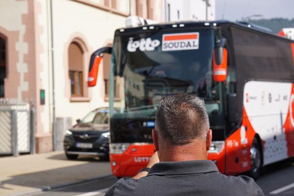 Zuschauer und der Lotto-Bus