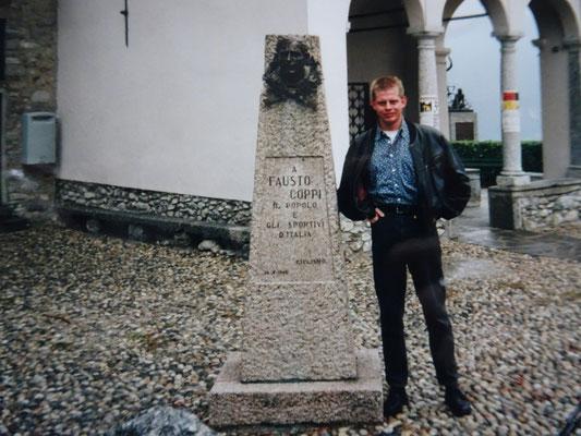 Am Gedenkstein zu Ehren von Fausto Coppi