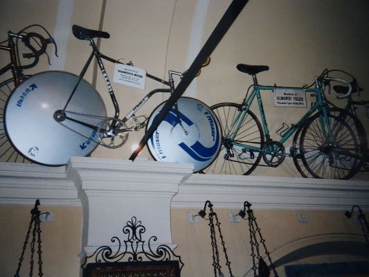 Das Rad mit dem Francesco Moser 1984 den Stundenweltrekord fuhr. Daneben ein Rad von Felice Gimondi