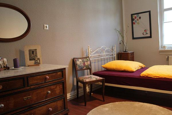 Schlafzimmer mit 1 Einzelbett 120/200 cm